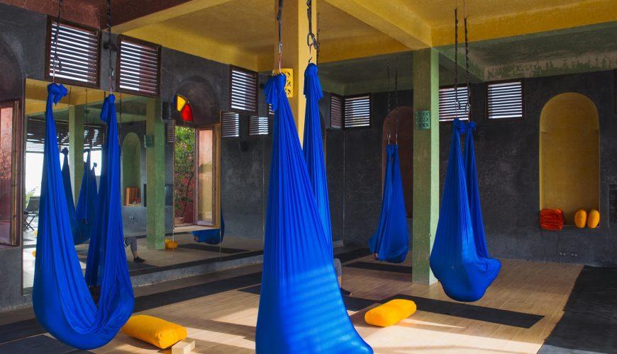 cours-yoga-aerien-retraite-maroc-airyoga-massage-spa-ksarmassa-meditation-asana-yoga-hamac-bienfait