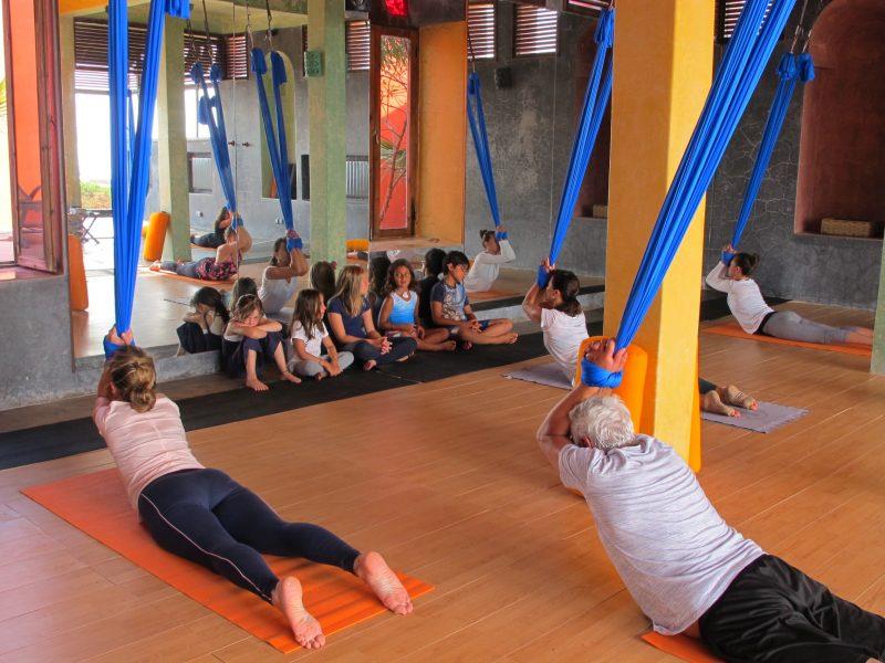 cours-yoga-aerien-retraite-maroc-airyoga-massage-spa-ksarmassa-meditation-juillet-2019-bienfait-parents-enfants